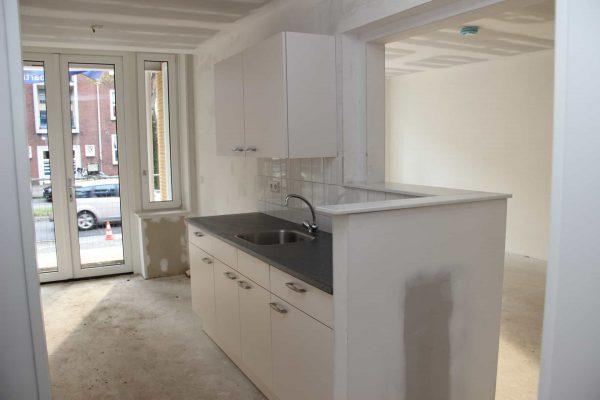 De Noostraat keukenblok met door kijk naar woonkamer